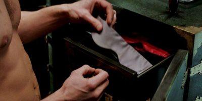 El galán le ata las manos con su corbata de seda de color plata, le cubre los ojos y la comienza acariciar. Ella simplemente termina ofreciendo disculpas y pide que lo vuelva hacer. Foto:Facebook/Fifty Shadows of Grey