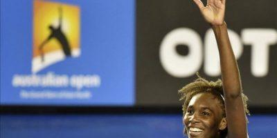 La tenista estadounidense Venus Williams celebra tras imponerse a la polaca Agnieszka Radwanska en su partido de octavos de final del Abierto de Australia de tenis en Melbourne (Australia) hoy, lunes 26 de enero de 2015. EFE