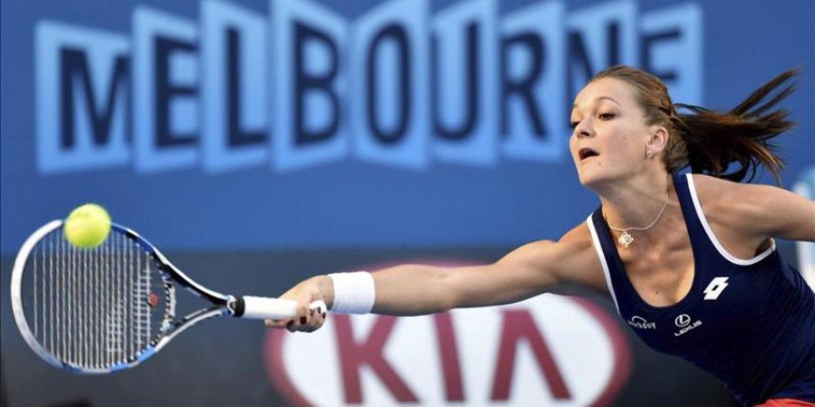 La tenista estadounidense Venus Williams devuelve la bola a la polaca Agnieszka Radwanska durante su partido de octavos de final del Abierto de Australia de tenis en Melbourne (Australia) hoy, lunes 26 de enero de 2015. EFE