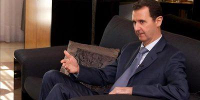 Fotografía facilitada hoy que muestra al presidente sirio Bachar Al Asad (izda) durante una entrevista a la revista US Foreign Affairs en Damasco (Siria). EFE