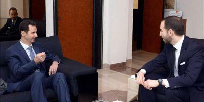 DA01 DAMASCO (SIRIA) 26/01/2015.- Fotografía facilitada hoy, lunes 26 de enero de 2014, que muestra al presidente sirio Bachar Al Asad (izda) durante una entrevista a la revista US Foreign Affairs en Damasco (Siria) hoy, lunes 26 de enero de 2015. EFE/Sana Handout SÓLO USO EDITORIAL/PROHIBIDA SU VENTA