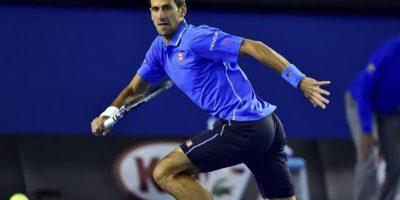 El tenista serbio Novak Djokovic corre para golpear la bola contra el luxemburgués Gilles Muller durante su partido del Abierto de Australia de tenis en Melbourne (Australia) hoy, lunes 26 de enero de 2015. EFE