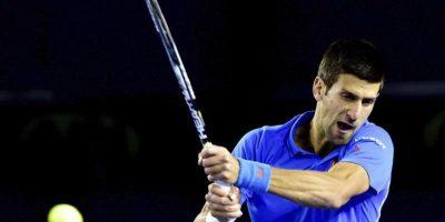 El tenista serbio Novak Djokovic devuelve la bola al luxemburgués Gilles Muller durante su partido del Abierto de Australia de tenis en Melbourne (Australia) hoy, lunes 26 de enero de 2015. EFE