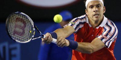 El tenista luxemburgués Gilles Muller devuelve la bola al serbio Novak Djokovic durante su partido del Abierto de Australia de tenis en Melbourne (Australia) hoy, lunes 26 de enero de 2015. EFE