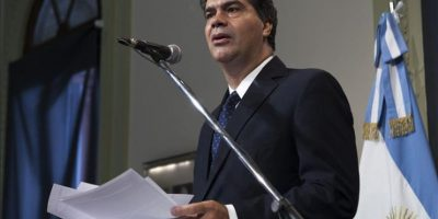 Fotografía cedida por la Jefatura de Gobierno de Argentina que muestra al jefe de Gabinete argentino, Jorge Capitanich, después de una rueda de prensa, este 26 de enero, en Buenos Aires (Argentina). EFE