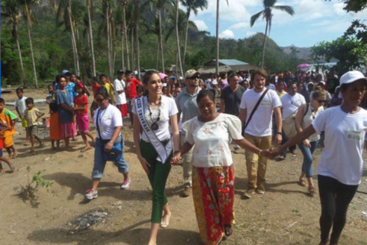 Gabriela Isler junto a los afectados por el tifón Haiyan Foto:Miss Universe