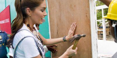 Gabriela Isler, ex Miss Universo, participó en la recuperación de diversas viviendas en Filipinas. Foto:Miss Universe