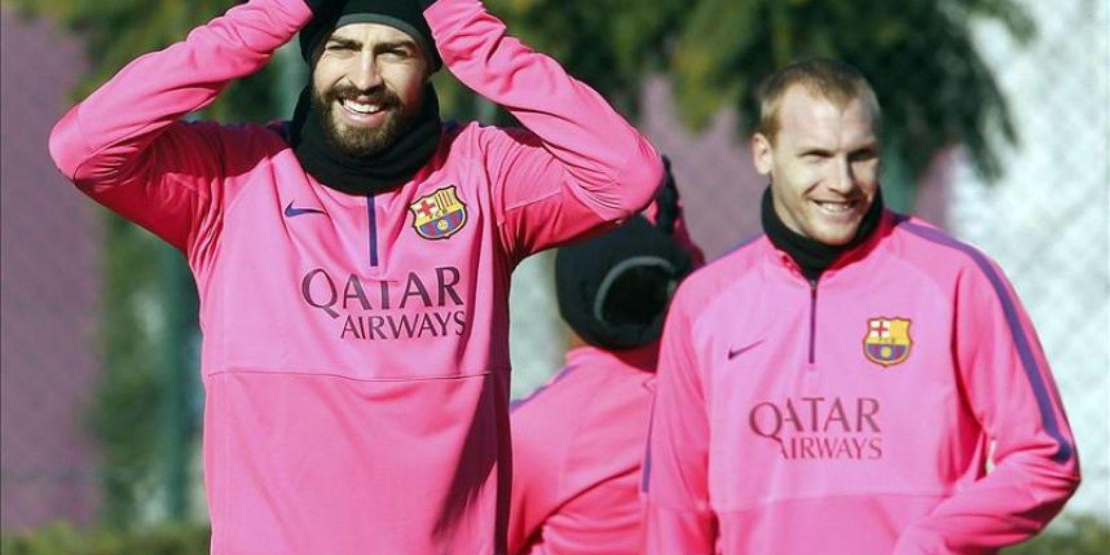 Los jugadores del Barcelona Gerard Pique (i), y Jeremy Mathieu, durante un entrenamiento. EFE/Archivo