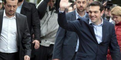 El nuevo primer ministro griego, Alexis Tsipras (d), en el palacio presidencial en Atenas, Grecia, hoy, martes 27 de enero de 2015. EFE