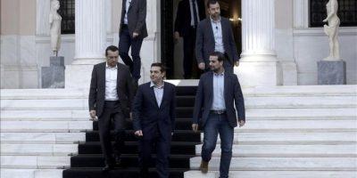 El nuevo primer ministro griego, Alexis Tsipras (c), en el palacio presidencial en Atenas, Grecia, hoy, martes 27 de enero de 2015. EFE