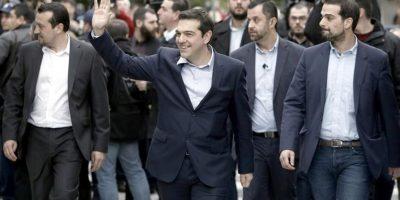 El nuevo primer ministro griego, Alexis Tsipras (c), a su llegada el palacio presidencial en Atenas, Grecia, hoy, martes 27 de enero de 2015. EFE