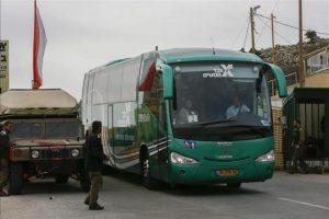 Turistas israelíes abandonan el Complejo del Monte Hermón tras haber sido atacado por dos cohetes en los altos del Golán, hoy, martes 27 de enero de 2015. EFE
