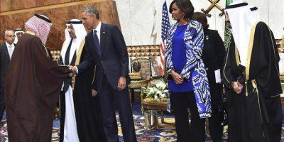 Imagen cedida por la Agencia de Prensa Saudí (SPA) que muestra al presidente estadounidense, Barack Obama (c), y a su mujer Michelle Obama, recibidos por el nuevo rey saudí, Salman bin Abdelaziz (dcha), tras su llegada a Riad, Arabia Saudí, el 27 de enero del 2015. EFE
