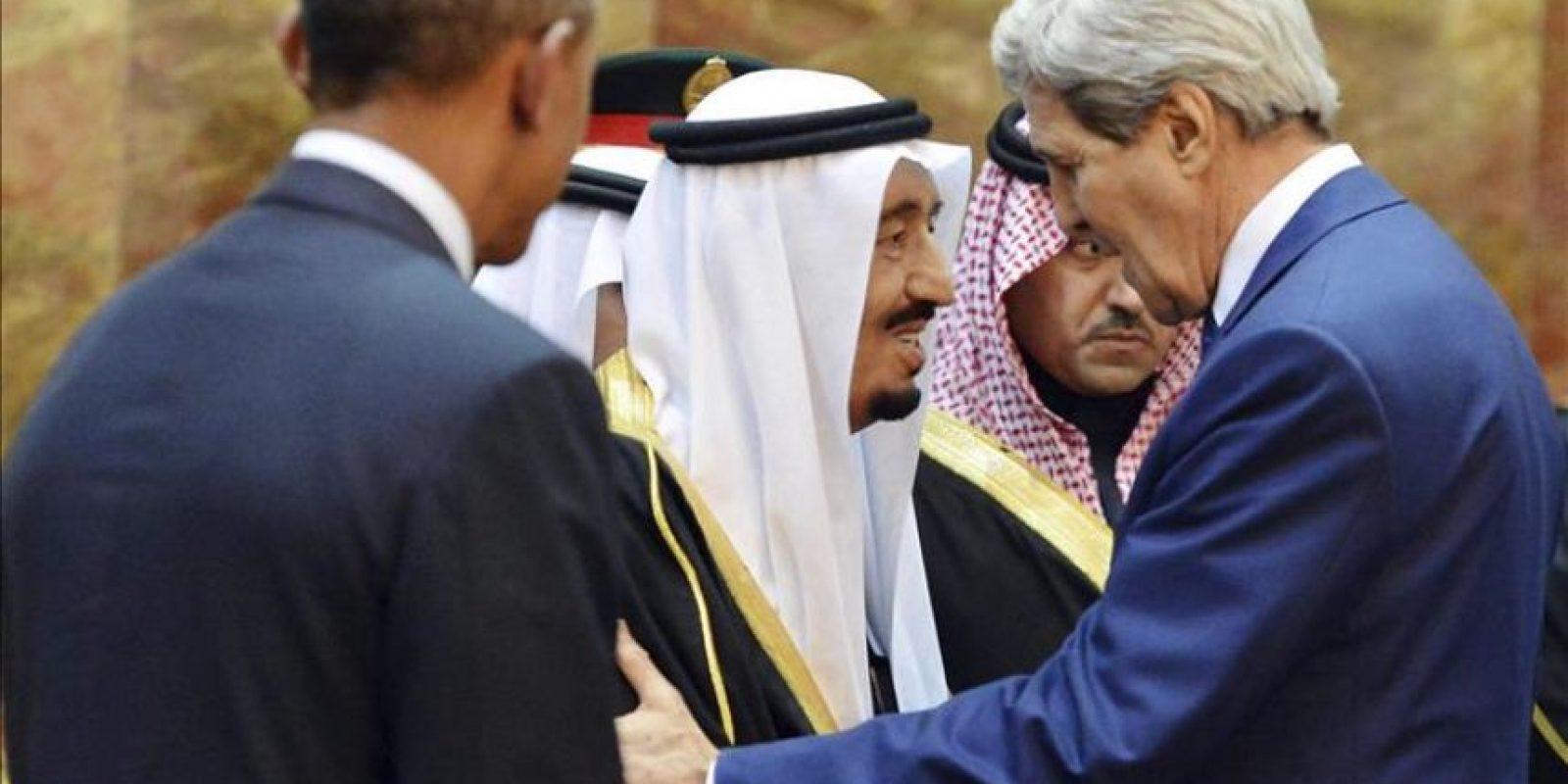 Imagen cedida por la Agencia de Prensa Saudí (SPA) que muestra al presidente estadounidense, Barack Obama (izda), y al secretario de Estado estadounidense John Kerry (dcha), recibidos por el nuevo rey saudí, Salman bin Abdelaziz, tras su llegada a Riad, Arabia Saudí, el 27 de enero del 2015. EFE