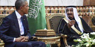 Imagen cedida por la Agencia de Prensa Saudí (SPA) que muestra al presidente estadounidense, Barack Obama (izda), conversando con el nuevo rey saudí, Salman bin Abdelaziz, durante la reunión que han mantenido en Riad, Arabia Saudí, el 27 de enero del 2015. EFE