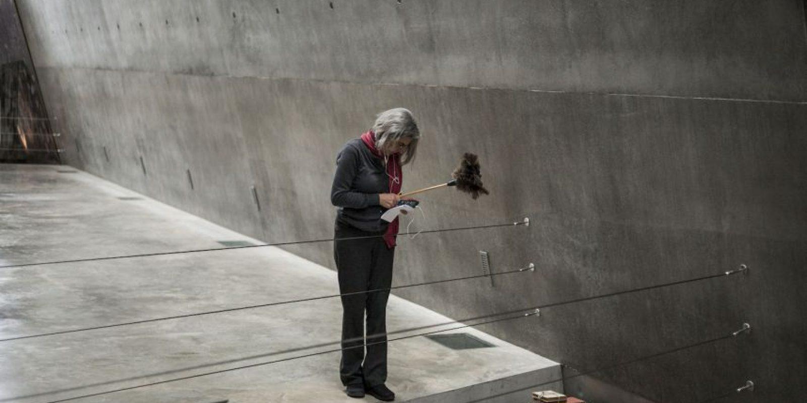 Israel: Una mujer observa la exhibición del museo Yad Vashem, en Jerusalen. Foto:Getty Images