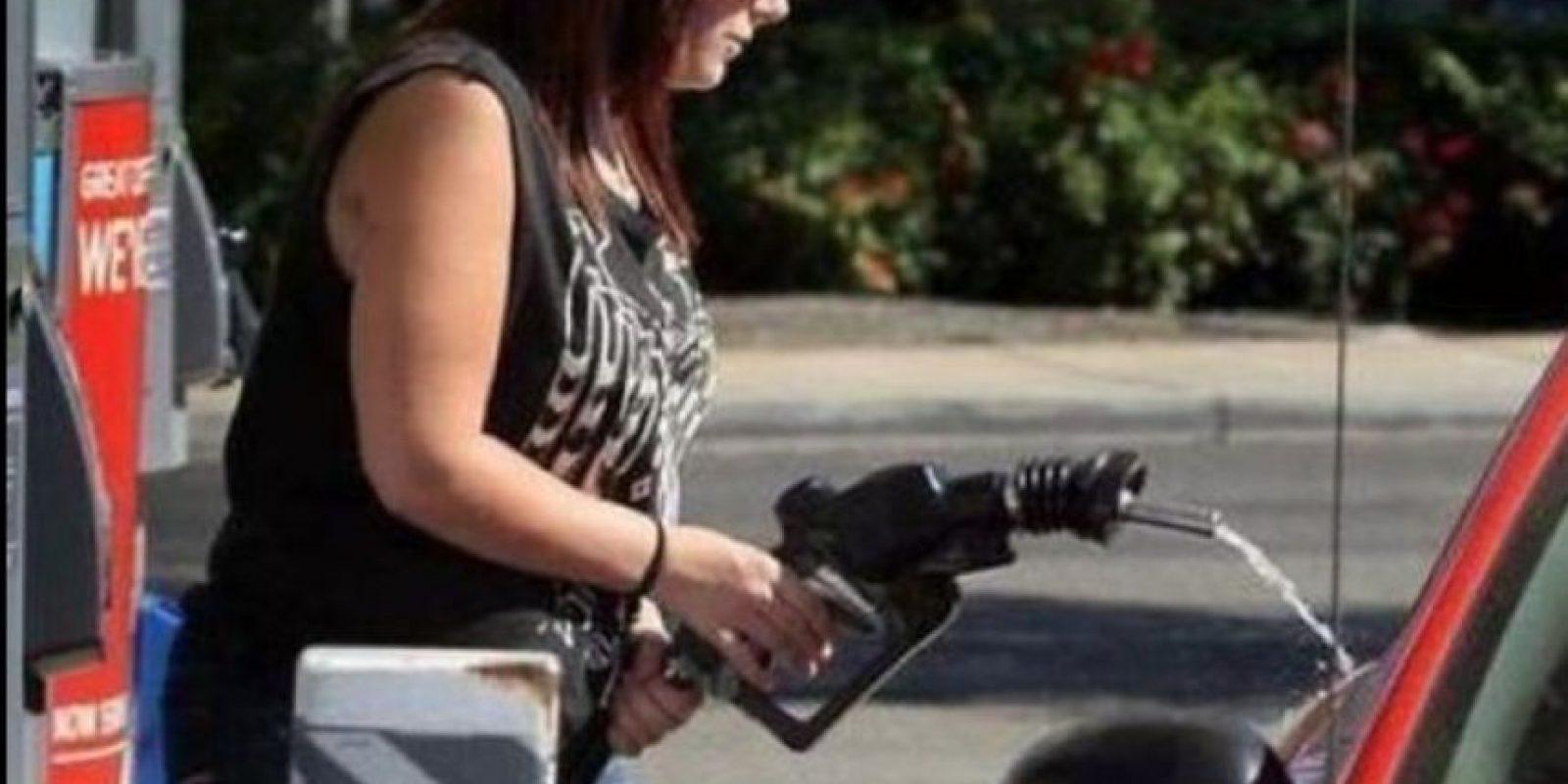 A lavar el auto con gasolina. Foto:StupidPeople.com