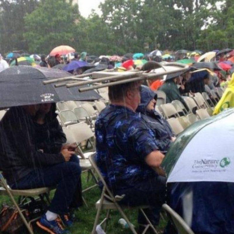 Este que usa sombrilla. Foto:StupidPeople.com