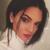 5. Mientras Kim provocó polémicas con su portada en Vogue, Kendall se la ganó a pulso, revelando por qué es una de las nuevas caras del modelaje. Foto:Instagram/Kendall Jenner