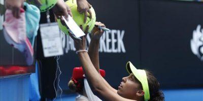 La estadounidense Madison Keys firma autógrafos tras vencer a su compatriota Venus Williams en los cuartos de final del Abierto de Australia de tenis en Melbourne. EFE
