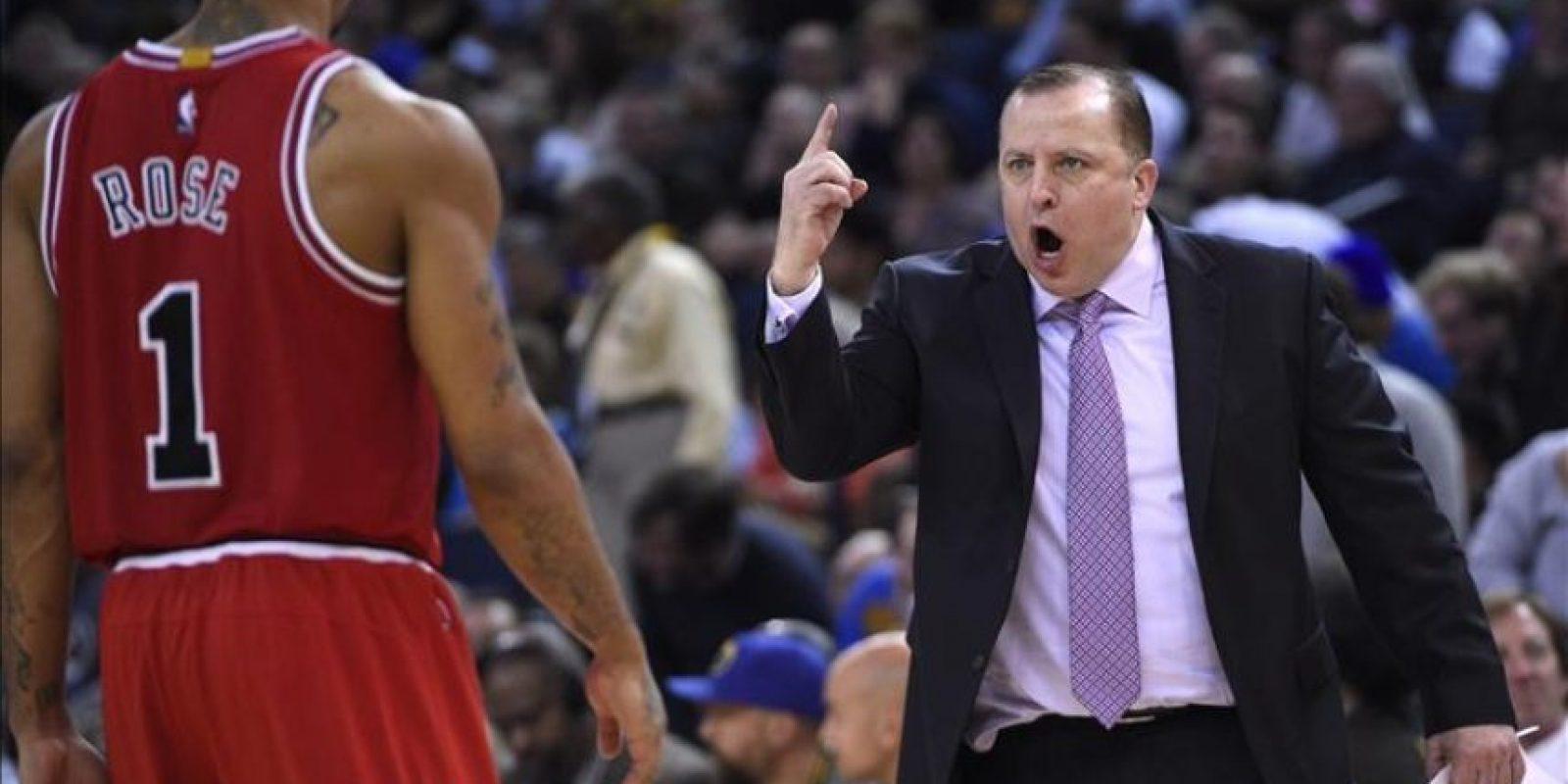 El entrenador de los Bulls, Tom Thibodeau, da instrucciones a sus jugadores durante el partido de la NBA que enfrentó a los Chicago Bulls y a los Golden State Warriors en el Oracle Arena en Oakland (Estados Unidos). EFE