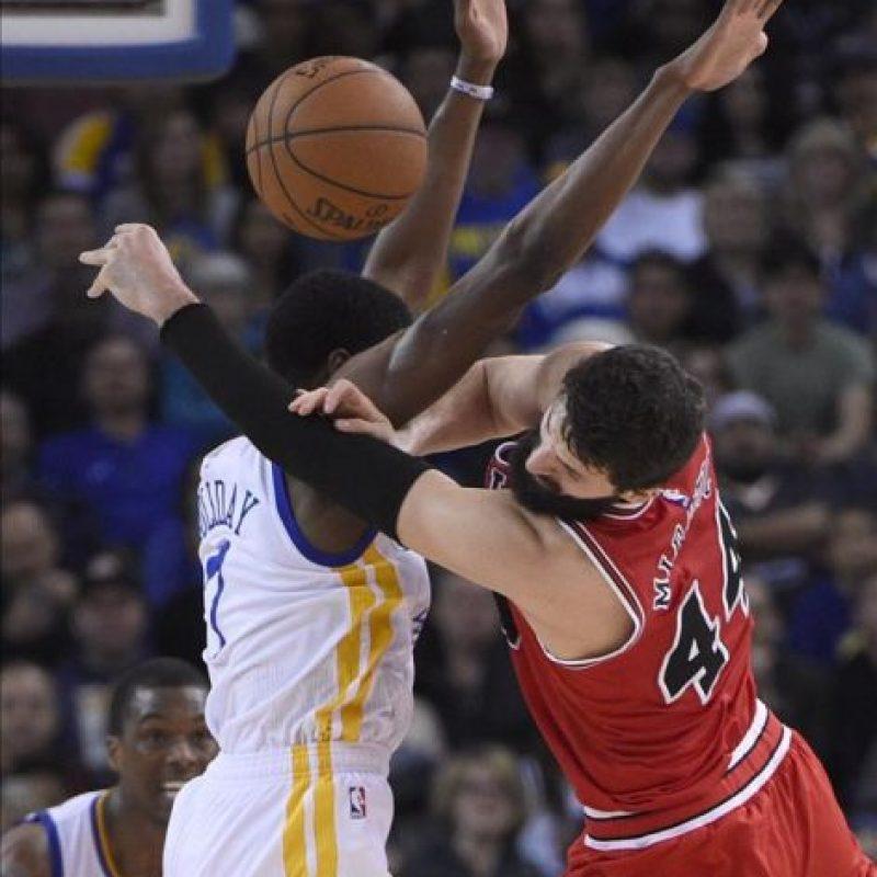 El jugador de los Bulls Nikola Mirotic (dcha) lucha por el balón con Justin Holiday (izda) de los Warriors durante el partido de la NBA que enfrentó a los Chicago Bulls y a los Golden State Warriors en el Oracle Arena en Oakland (Estados Unidos). EFE