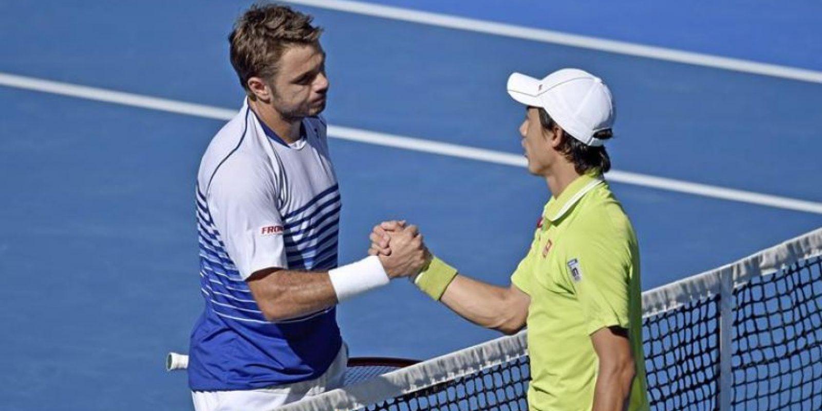 El tenista suizo Stan Wawrinka (izda) saluda al japonés Kei Nishikori tras su victoria en los cuartos de final del Abierto de Australia en Melbourne (Australia) hoy, miércoles 28 de enero de 2015. EFE