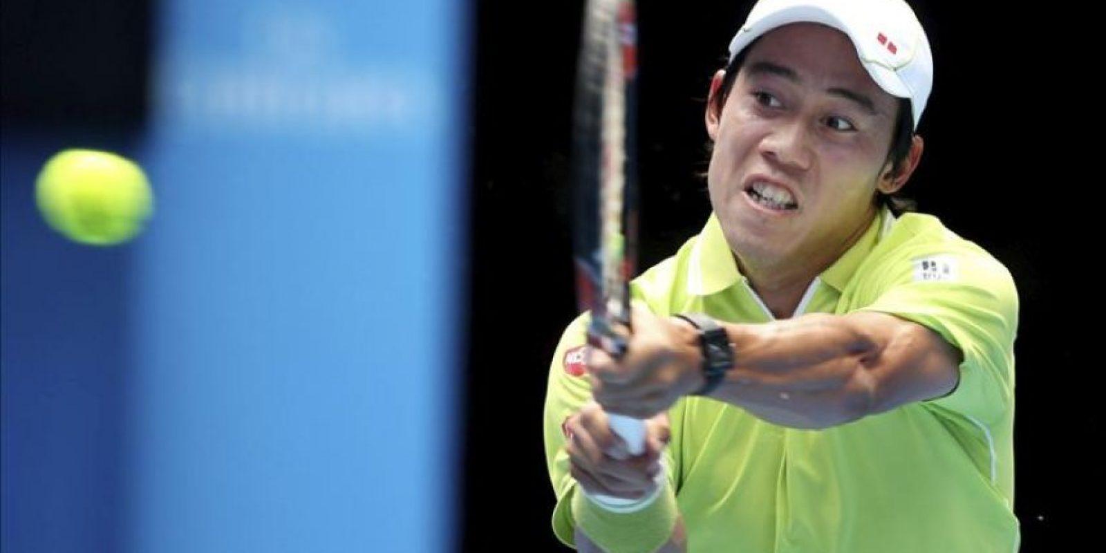 El tenista japonés Kei Nishikori devuelve la bola al suizo Stan Wawrinka durante el partido que enfrentó a ambos en los cuartos de final del Abierto de Australia en Melbourne (Australia) hoy, miércoles 28 de enero de 2015. EFE