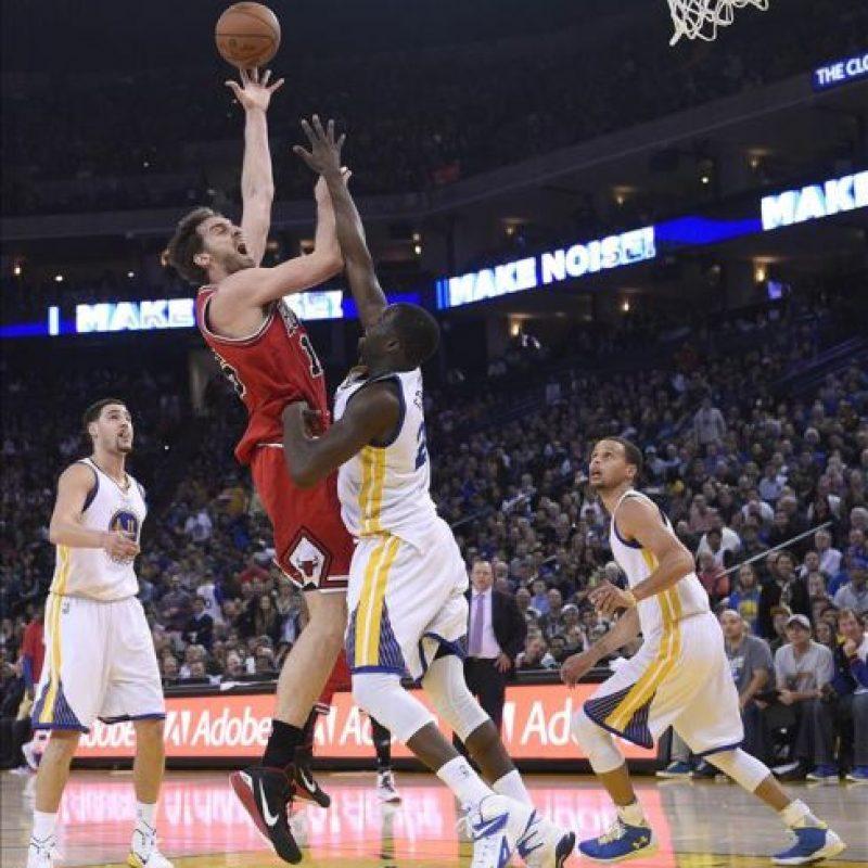 El jugador español de los Bulls, Pau Gasol (2ºizda), lucha por el balón con Draymond Green (centro) de los Warriors durante el partido de la NBA que enfrentó a los Chicago Bulls y a los Golden State Warriors en el Oracle Arena en Oakland (Estados Unidos). EFE
