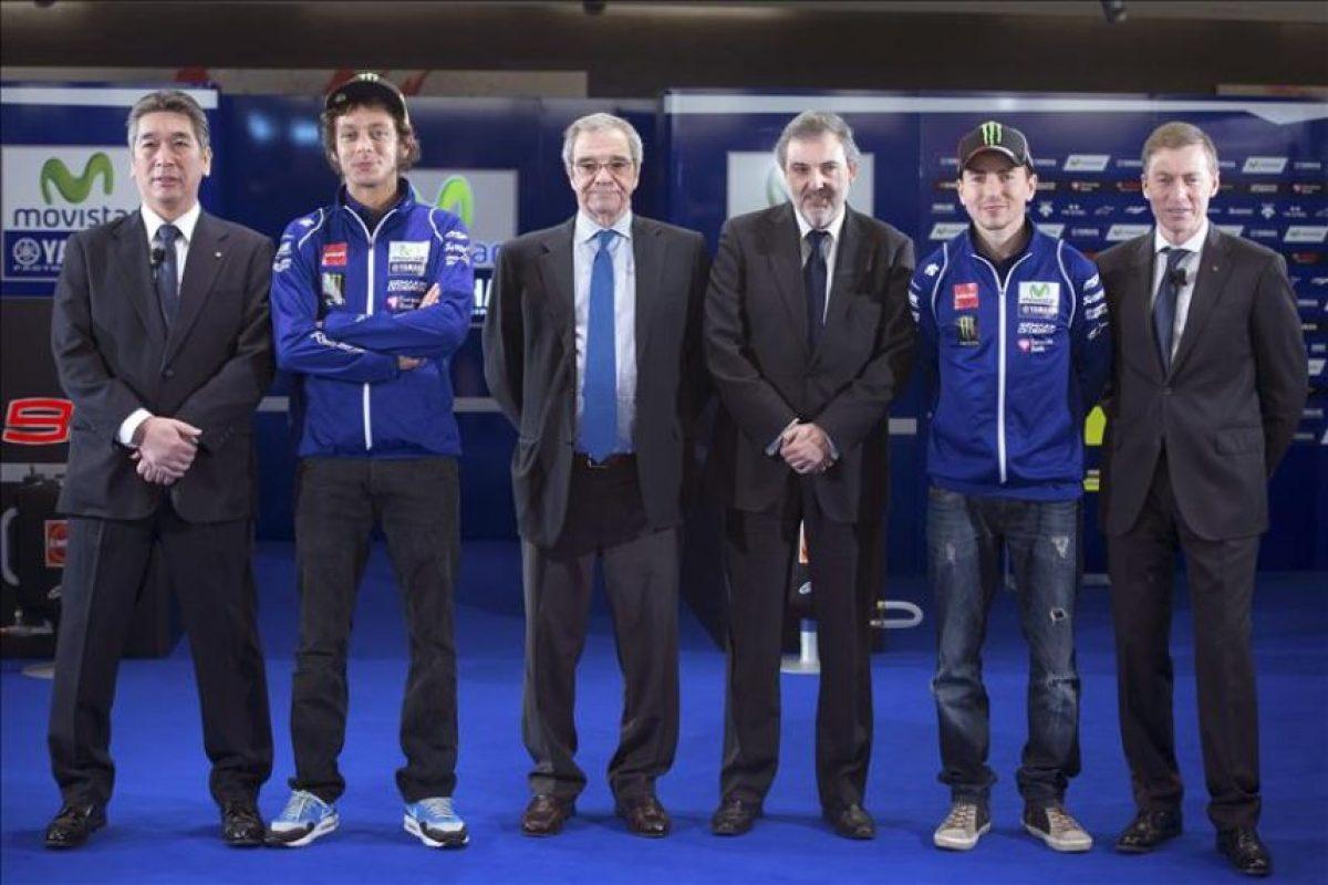 De izda. a dcha. El director técnico de Yamaha en MotoGP, Kouichi Tsuji, el piloto Valentino Rossi, el presidente de Telefónica, César Alierta, el presidente de la misma compañía en España, Luis Miguel Gilpérez, el piloto Jorge Lorenzo, y el responsable de Yamaha MotoGP, Lin Jarvis, durante la presentación del equipo Movistar Yamaha, del Mundial MotoGP, que ha tenido lugar hoy en Madrid. EFE