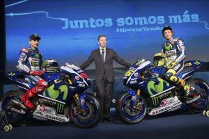 Los pilotos de Movistar Yamaha, de MotoGP, Jorge Lorenzo (i) y Valentino Rossi (d), posan para los medios junto al responsable del equipo, el británico Lin Jarvis (c), durante la presentación oficial del equipo que ha tenido lugar hoy en Madrid. EFE