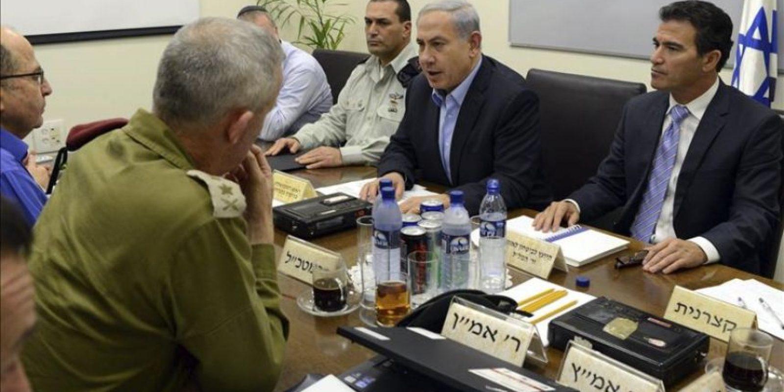 Fotografía facilitada por la oficina de prensa del primer ministro israelí, Benjamín Netanyahu, que muestra a Netanyahu (2d) durante una reunión de seguridad con altos mandos militares en Tel Aviv, Israel, hoy, miércoles 28 de enero de 2015. EFE