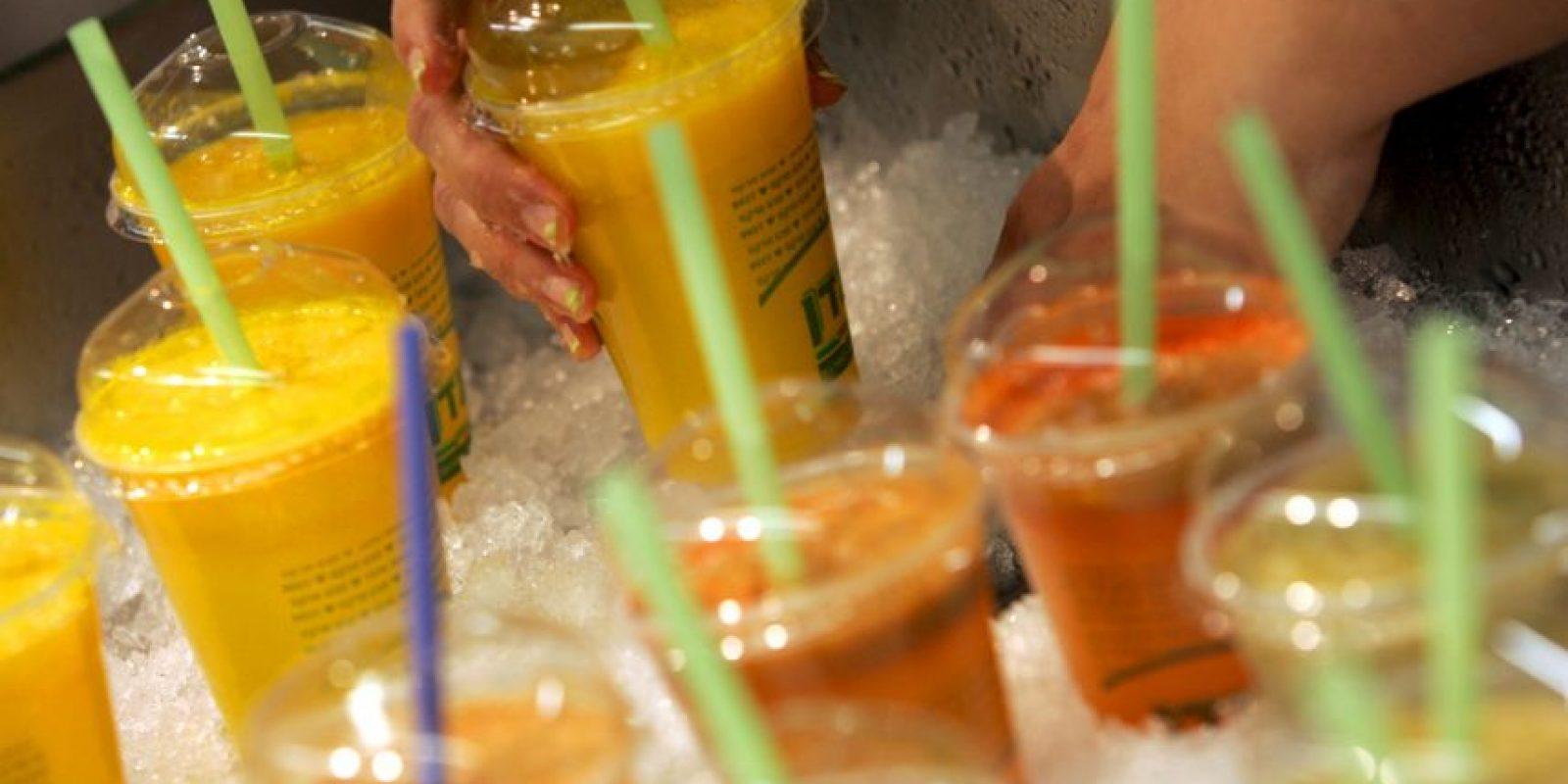 No son recomendables para mantener el peso porque concentran demasiada fructosa. Un jugo de fruta que no es consumido al instante, acumula toda su azúcar y pierde todos sus nutientes. Foto:Getty Images
