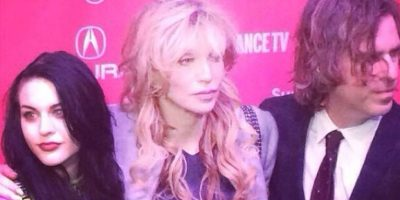 Frances Bean Cobain junto a su mamá Courtney Love Foto:Twitter/alka_seltzer666