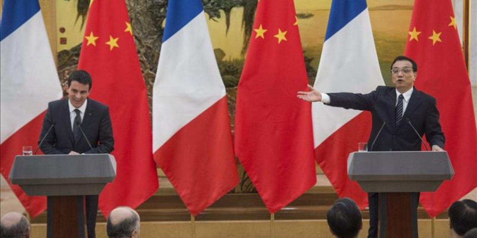 El primer ministro galo, Manuel Valls (izda), ofrece una rueda de prensa con su homólogo chino, Li Keqiang, ayer tras una firma de cooperación en el Gran Palacio del Pueblo en Pekín (China). EFE
