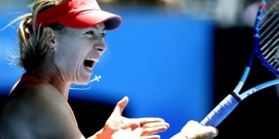 La tenista rusa Maria Sharapova devuelve una bola durante su partido de semifinal del Abierto de Australia celebrado en Melbourne (Australia). EFE