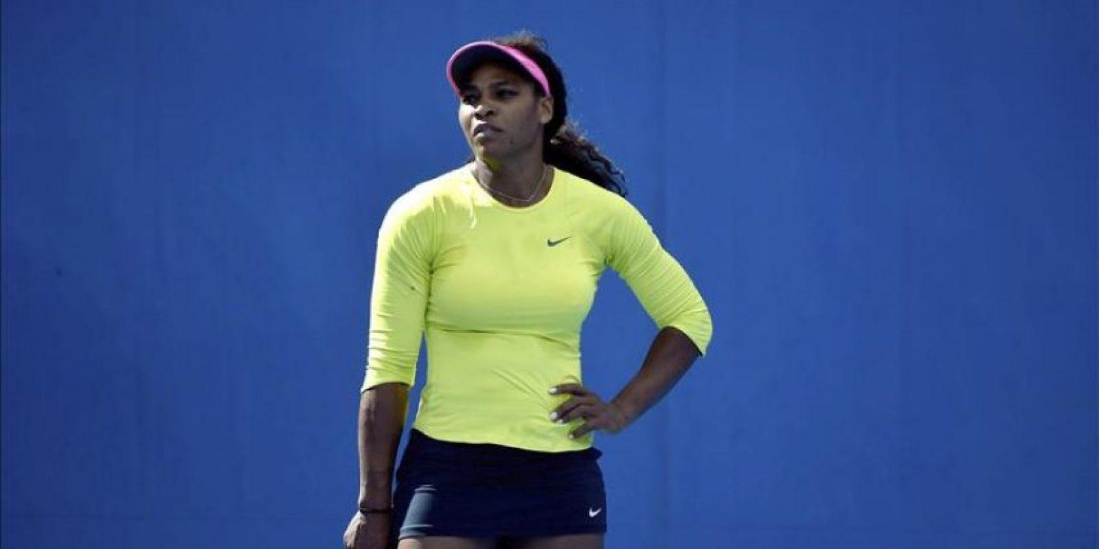 La tenista estadounidense Serena Williams entrena para la final del Abierto de Australia contra la rusa Maria Sharapova en Melbourne (Australia) hoy, viernes 30 de enero de 2015. EFE