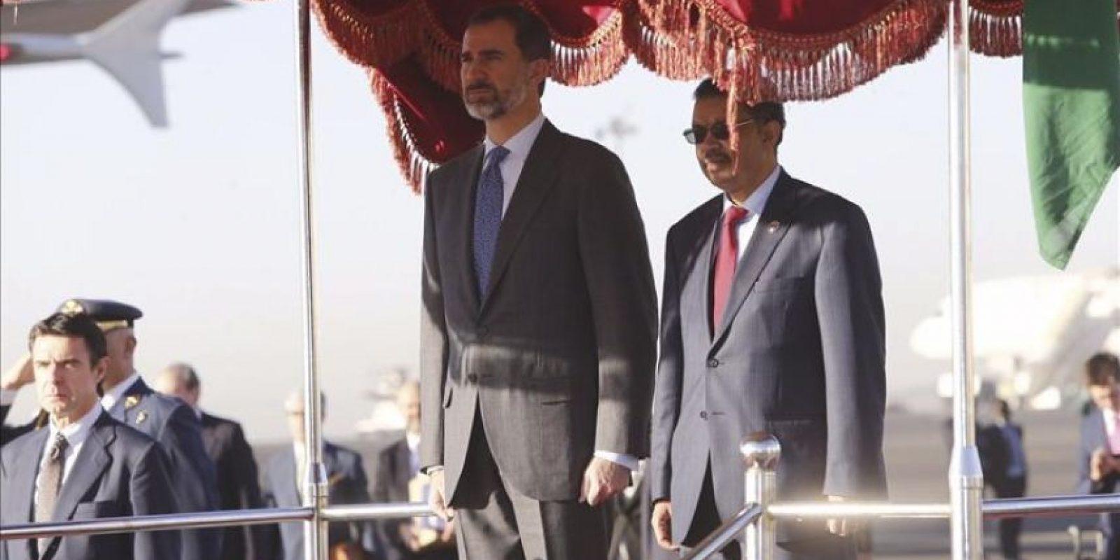 El Rey Felipe VI acompañado del ministro etíope de Asuntos Exteriores, Tedros Adhanom (d), a su llegada hoy a Adis Abeba, la capital de Etiopía donde se celebra la 24 cumbre ordinaria de la Unión Africana (UA). EFE