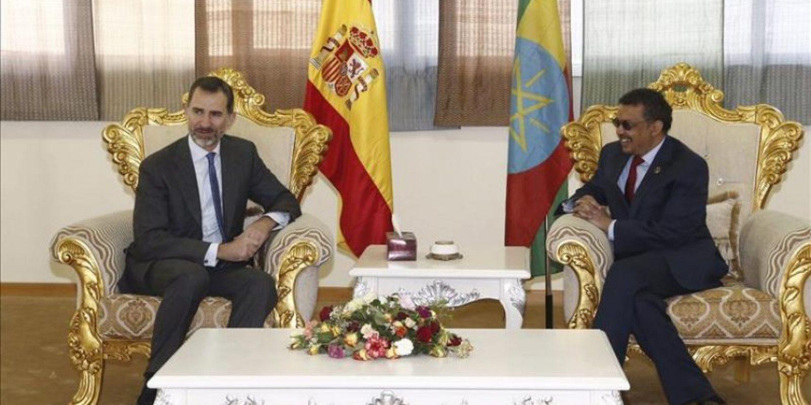 El Rey Felipe VI conversa con el ministro etíope de Asuntos Exteriores, Tedros Adhanom (dcha), a su llegada hoy a Adis Abeba, la capital de Etiopía donde se celebra la 24 cumbre ordinaria de la Unión Africana (UA). EFE