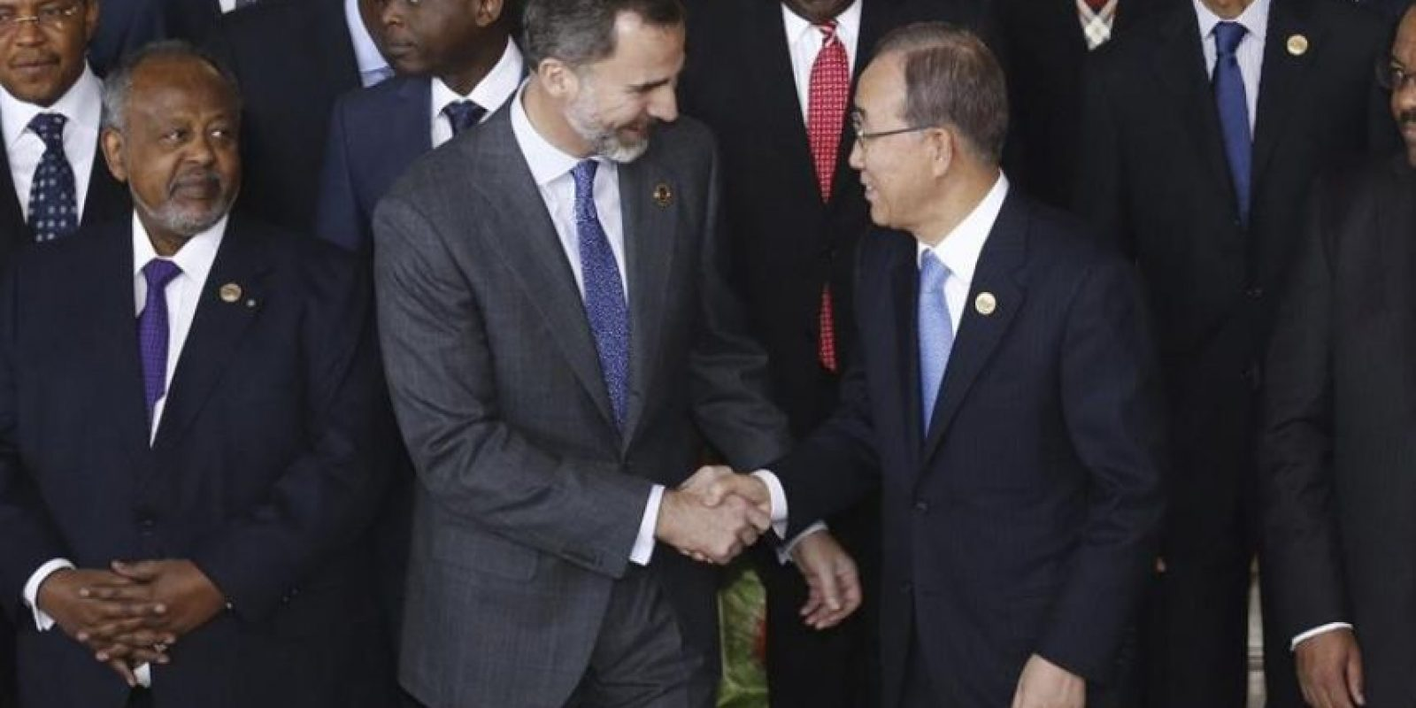 El rey Felipe VI saluda al secretario general de la ONU, Ban Ki-moon, durante la foto de familia de la sesión de apertura de la 24 cumbre de la Unión Africana (UA). EFE