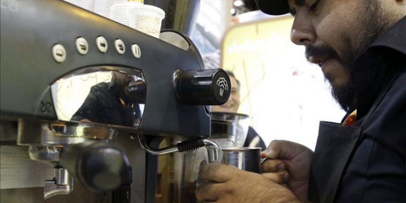 Un hombre se prepara un café en el estand de Venezuela de la Feria Internacional de Turismo (Fitur) que acoge esta semana Madrid. Degustaciones de productos típicos, demostraciones culinarias en directo y catas de vino, aceite de oliva, cerveza o tequila. EFE