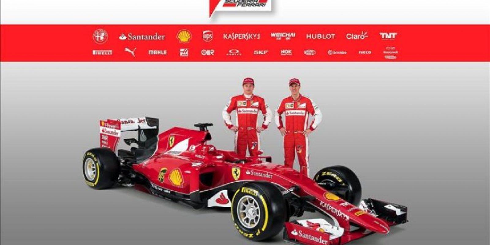 Fotografía facilitada por Ferrari que muestra a Kimi Raikkonen (izda) y a Sebastian Vettel (dcha) que posan junto al nuevo monoplaza del equipo para la temporada 2015. El SF15-T fue presentado en Maranello (Italia) hoy, viernes 30 de enero de 2015. EFE