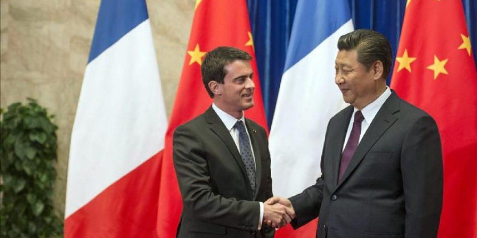 El presidente chino, Xi Jinping, estrecha la mano del primer ministro francés, Manuel Valls (i), durante su encuentro en Pekín, China, hoy, 30 de enero de 2015. EFE