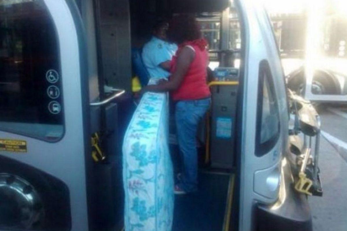 Este claro ejemplo nos muestra que un colchón se puede transportar en un bus Foto:Tumblr.com/tagged/fail- transporte