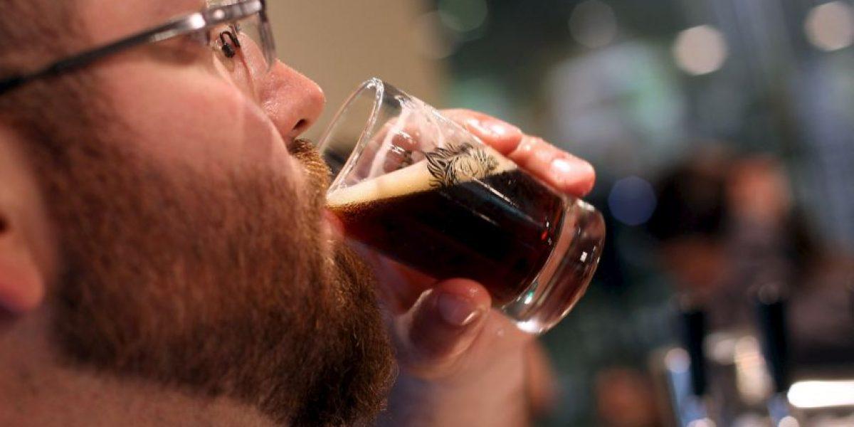 Estudio: Tomar cerveza retrasa daños degenerativos al cerebro