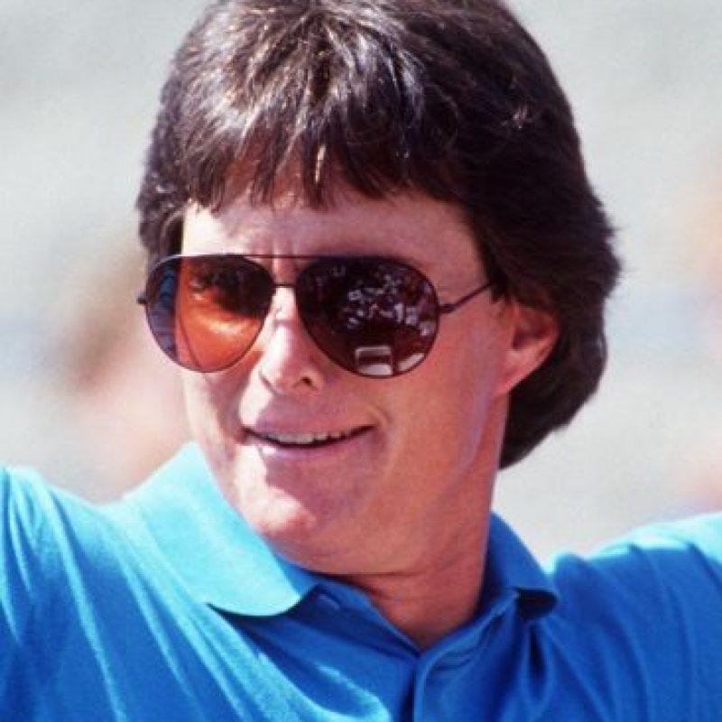 Así lucía en 1993. Con más de 20 años de casados, Bruce Jenner terminó hace pocos meses su matrimonio con Kris, madre de las celebridades Kourtney, Kim, Khloé y Robert Kardashian. Foto:Getty Images