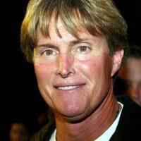 Durante años llamaron la atención las constantes operaciones faciales de Bruce, quien afinó sus rasgos. Foto:Getty Images