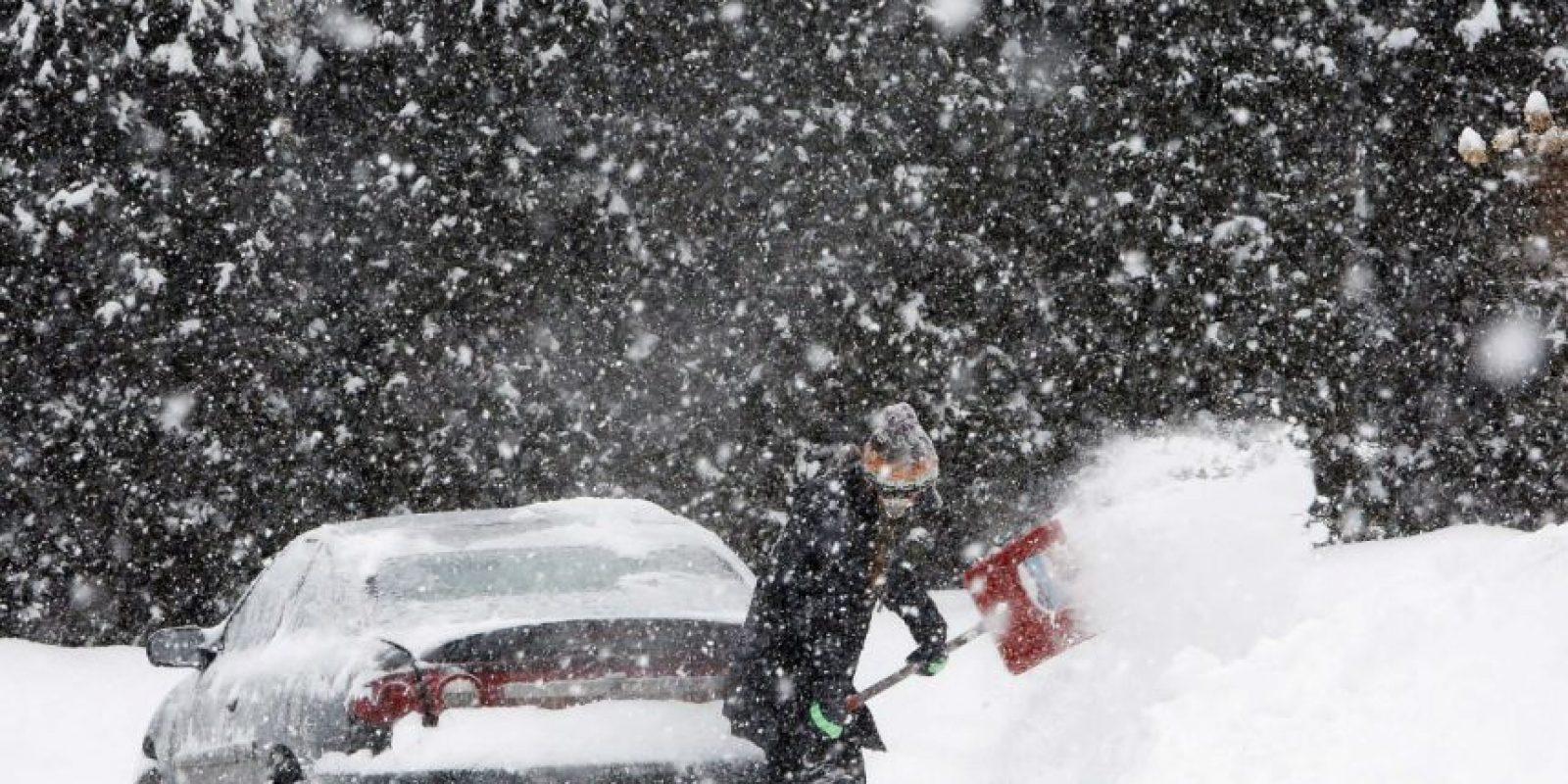 Algunas calles están bloqueadas por la nieve. Foto:AP