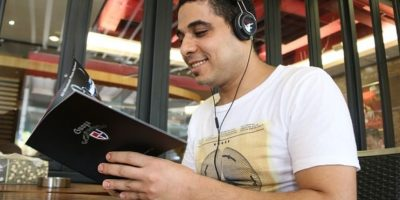 10. Si ustedes pueden escuchar la canción que otra persona escucha con audífonos, esa persona está dañando sus oídos. Foto:Pixabay