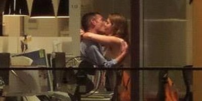 Esta pareja, que trabaja en Rabobank, en Nueva Zelanda, se acaba de hacer famosa luego de su sesión de sexo en la oficina. Foto:Reddit